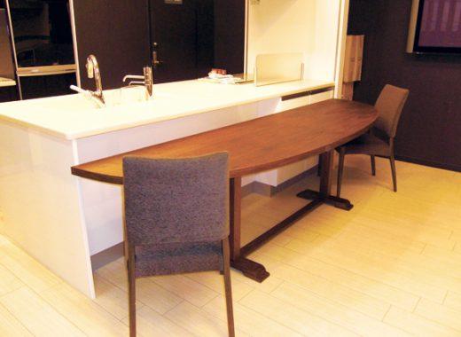 対面テーブルと収納棚